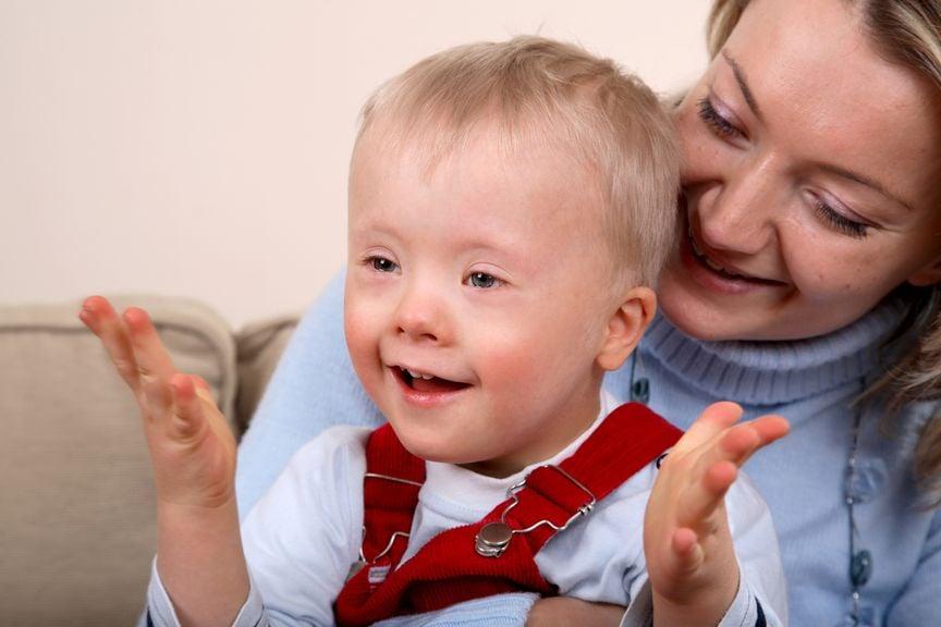 Kleiner Junge mit Down Syndrom und seine Mutter