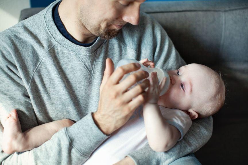 Vater gibt seinem Baby den Schoppen