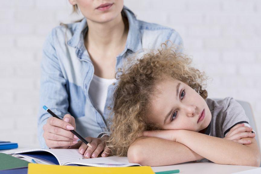 Kind mit Konzentrationsproblemen bei den Hausaufgaben