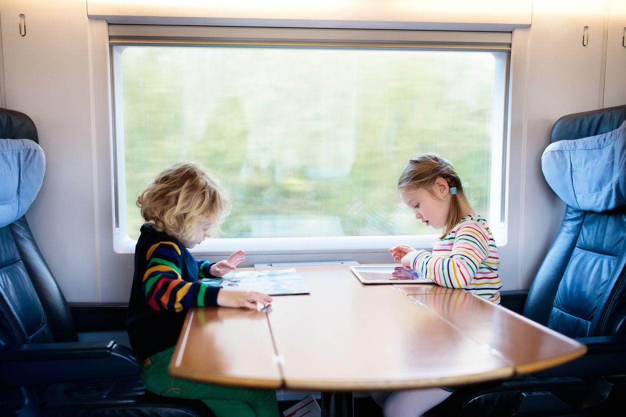 Zwei Kinder auf Zugfahrt