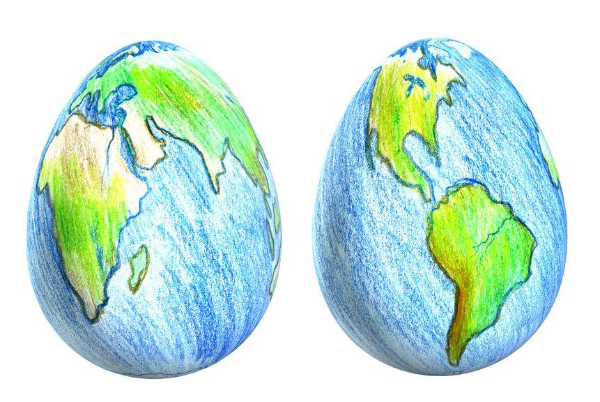 zwei farbige Ostereier mit Weltkarte