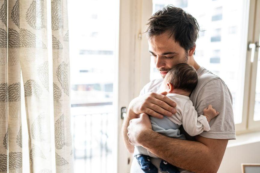 Nachdenklicher Vater mit Neugeborenem