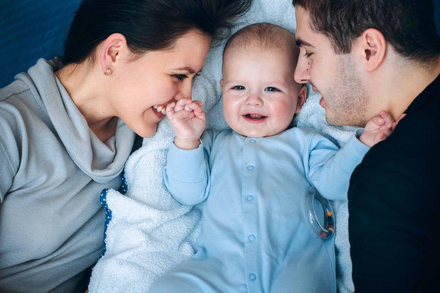 Eltern schmusen mit Baby