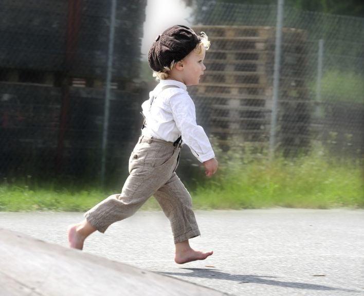 Junge läuft barfuss