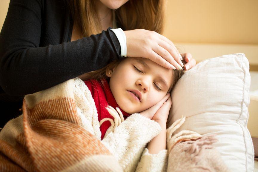 krankes Kind auf dem Sofa