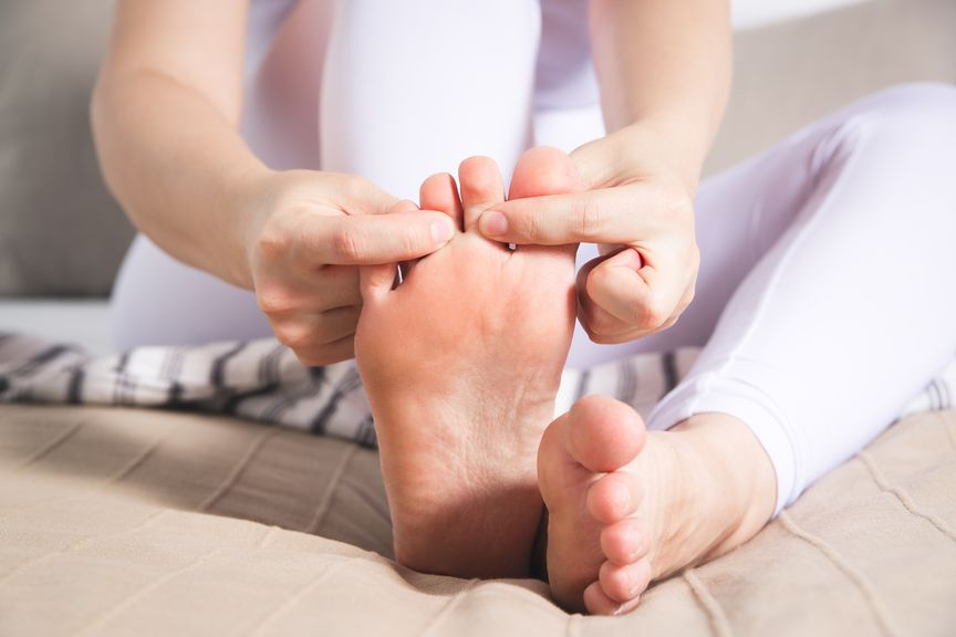 Zehen gegen den Körper ziehen bei Wadenkrampf