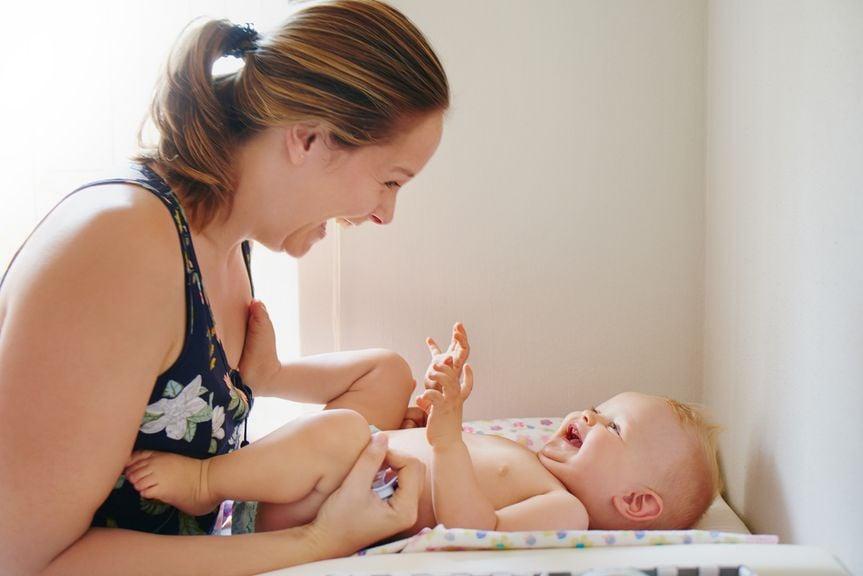 Mutter und Baby beim Wickeln
