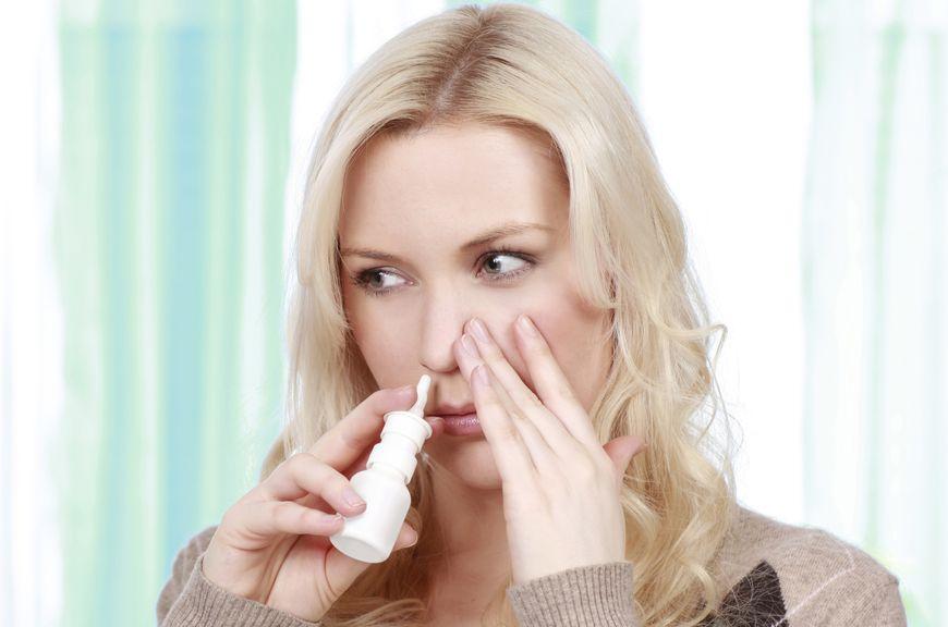 Frau benützt Meerwasser Nasenspray,Frau nimmt Nasenspray