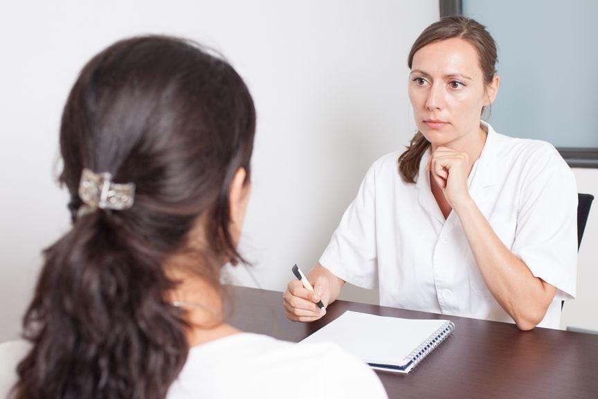 Ärztin im Gespräch mit einer Frau