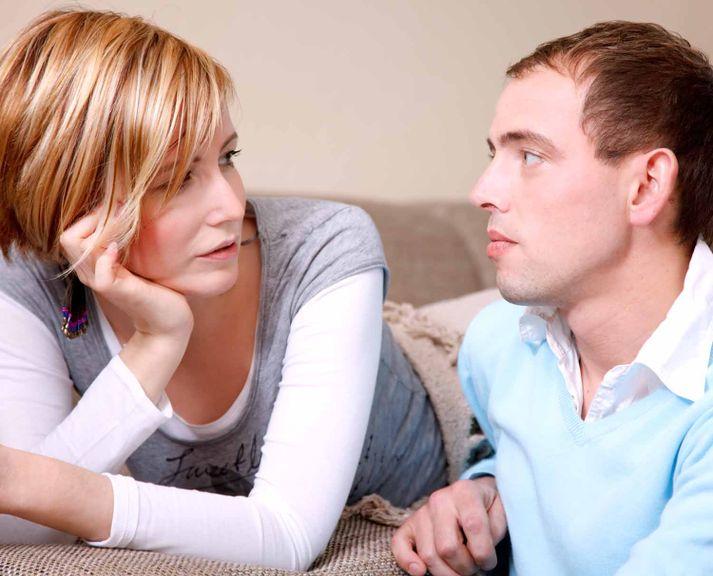 Paar bei einer ernsthaften Unterhaltung auf dem Sofa