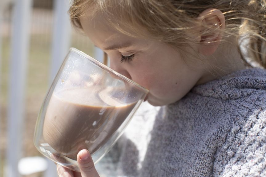 Kind trinkt Kakao