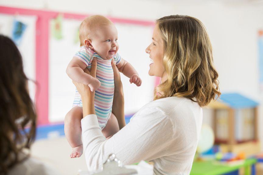 Mutter mit ihrem Baby bei der Tagesbetreuung
