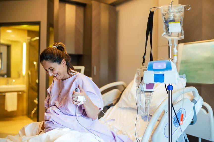 Frau gibt sich eine Dosis Schmerzmittel unter der Geburt