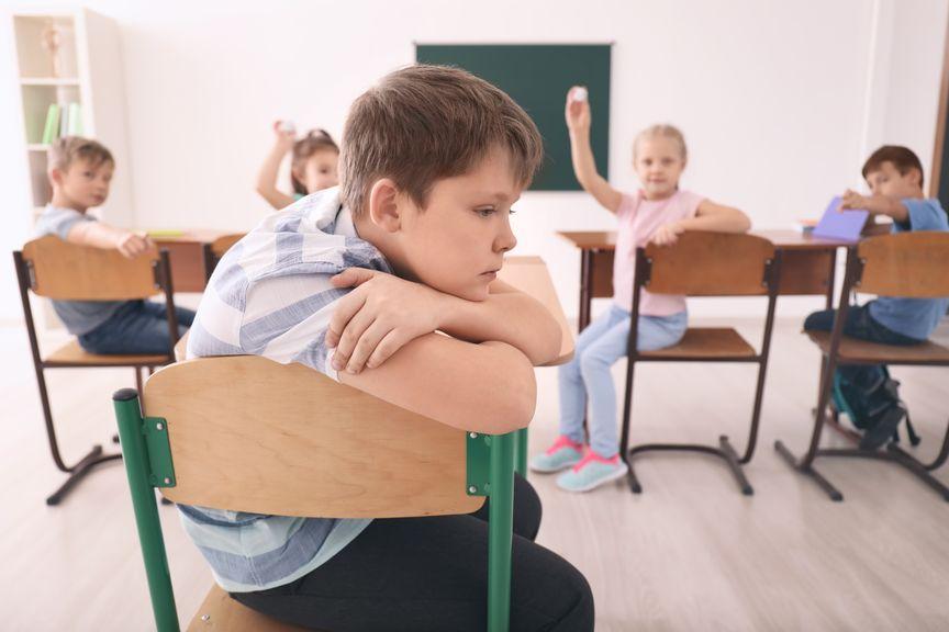 Junge wird in der Schule gemobbt