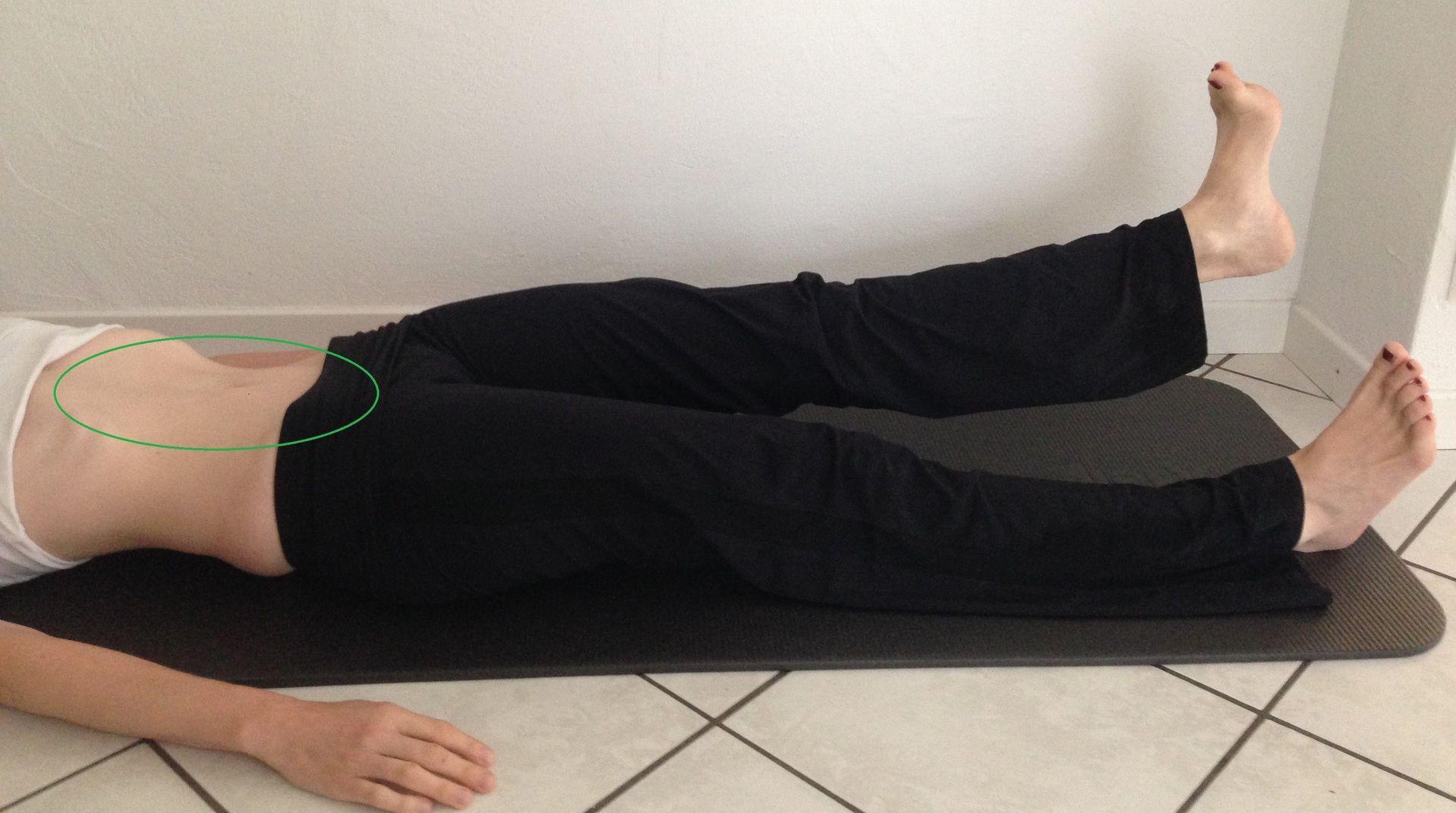 Frau macht Bodenübungen für den Bauch