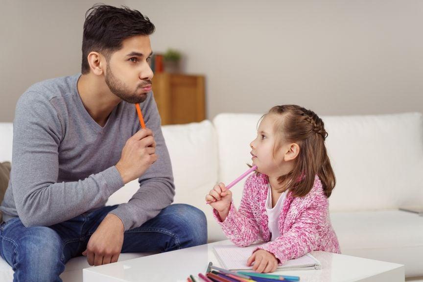 Vater und Kind überlegen