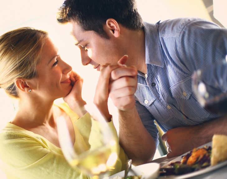 Verliebtes Paar schaut sich in die Augen