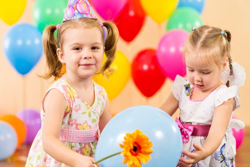 Mädchen feiern eine Party