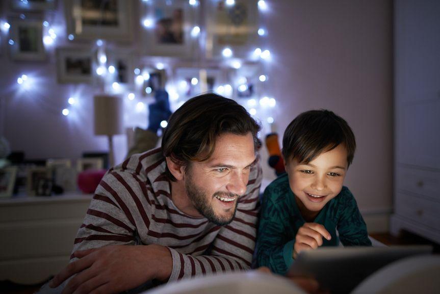 Vater und Sohn am Tablet