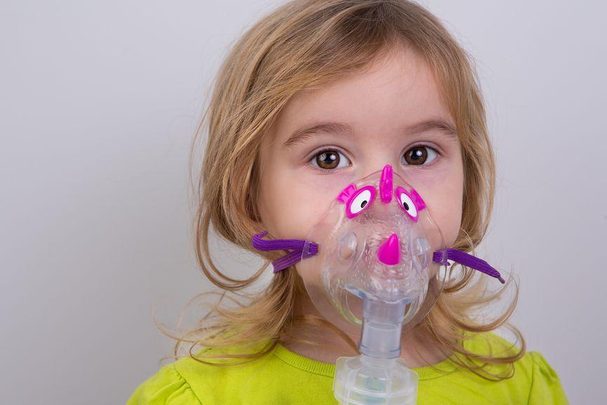 Kind mit Inhalationsmaske