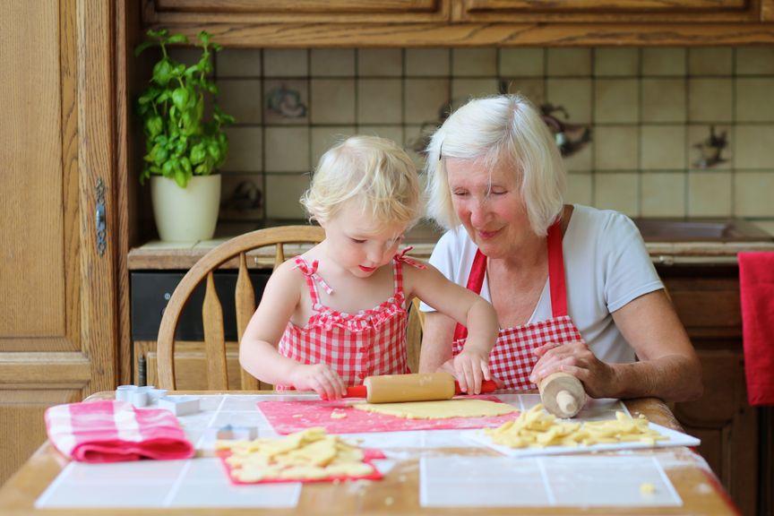 Grossmutter und Enkelin beim Guetzli backen