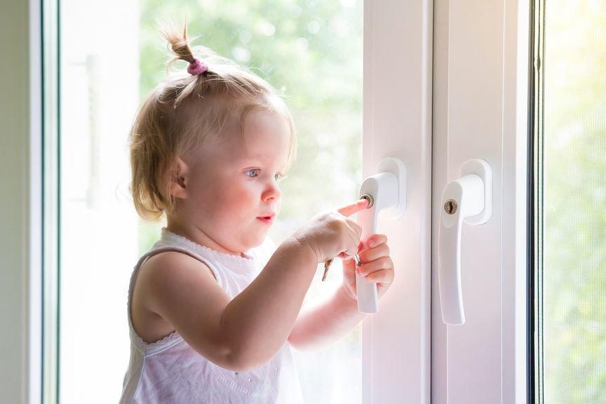Mädchen versucht ein gesichertes Fenster zu öffnen