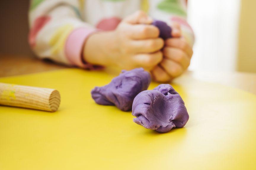 Kinderhände kneten