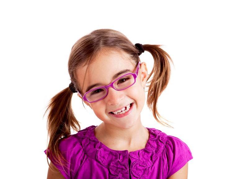 Mädchen im Schulalter mit rosa Brille
