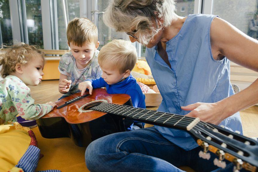 Kinder lernen die Gitarre kennen