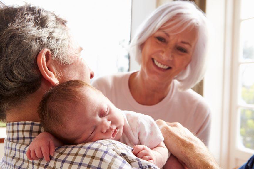 Grosseltern begrüssen ihren Enkel