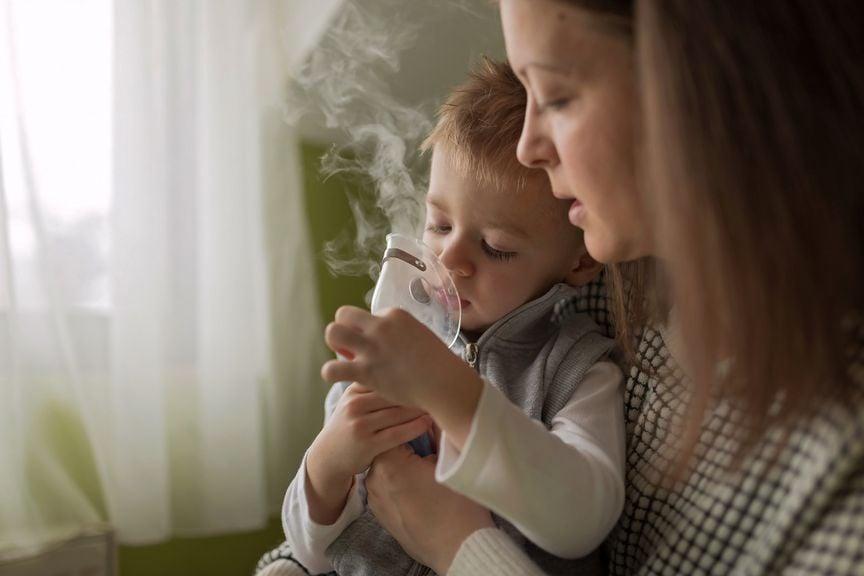 Mutter überwacht Inhalation