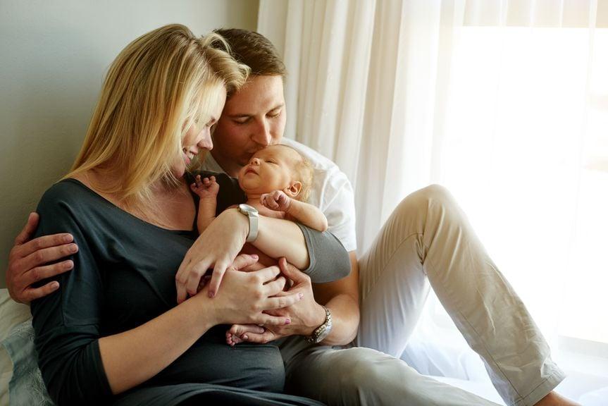 Paar mit Neugeborenem
