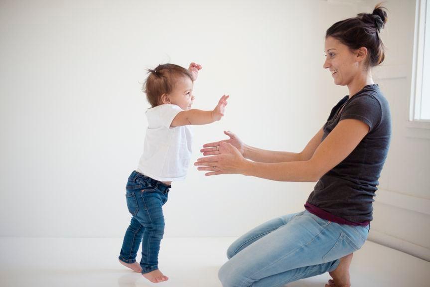 Baby macht erste Schritte in Richtung Mutter