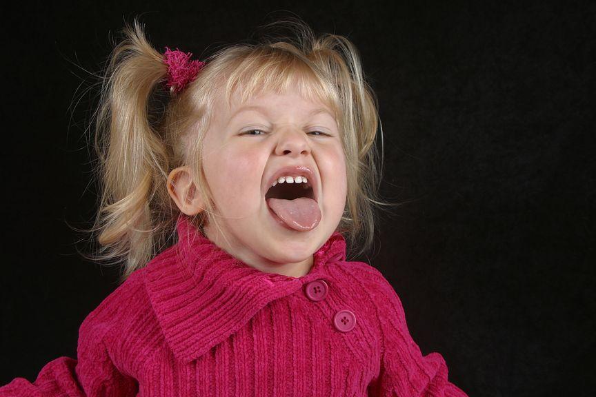 freches Kind streckt Zunge raus
