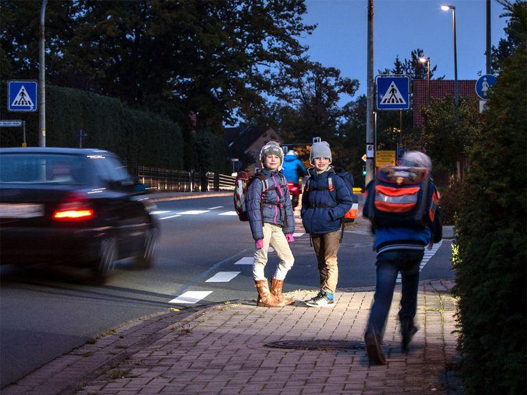 Schulweg in Abenddämmerung