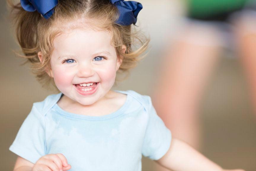 Für Vornamen Mädchen: Strahlendes Mädchen mit Schleifen im Haar
