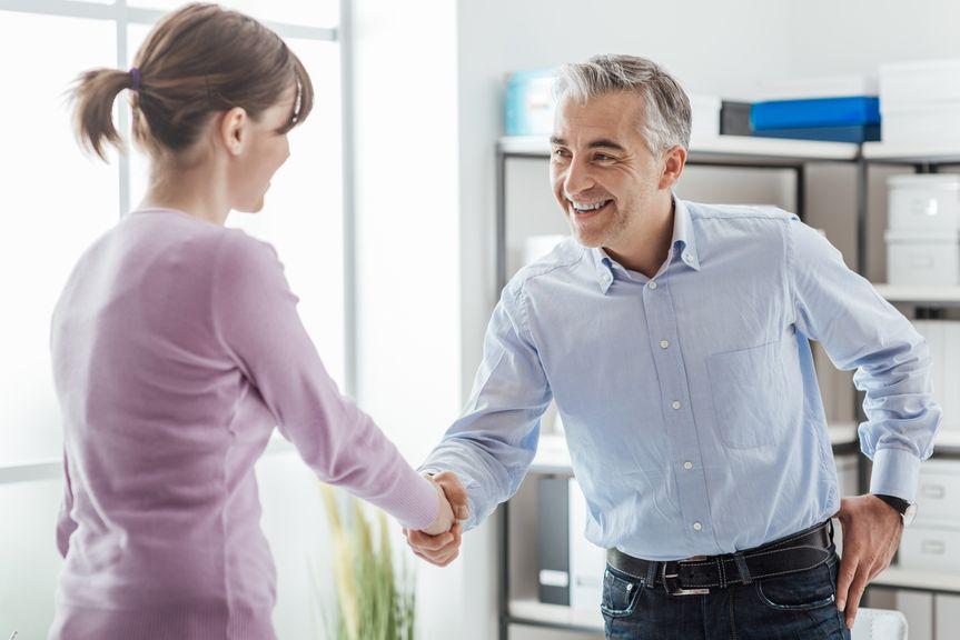 Arbeitgeber schüttelt die Hand der Frau