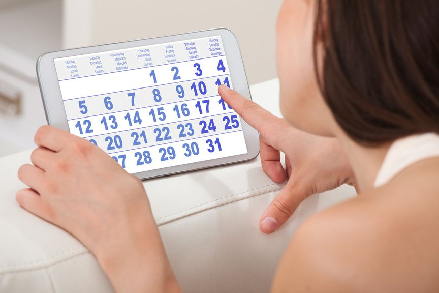 Frau mit Tablet mit Zykluskalender