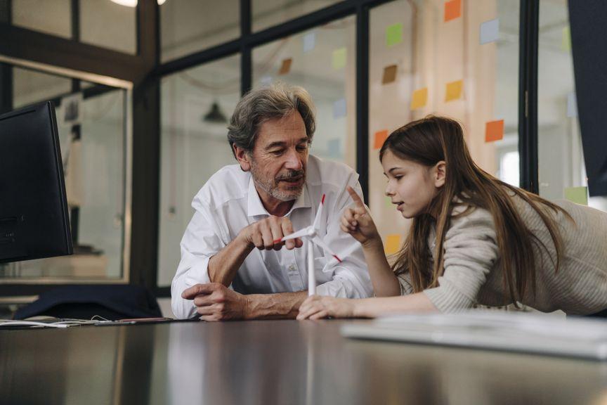 Älterer Vater mit Tochter im Büro