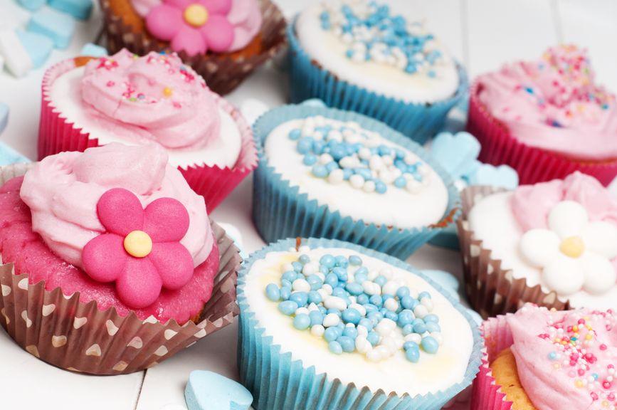 verzierte Muffins in verschiedenen Farben