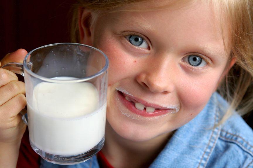 Kind und ein Glas Milch
