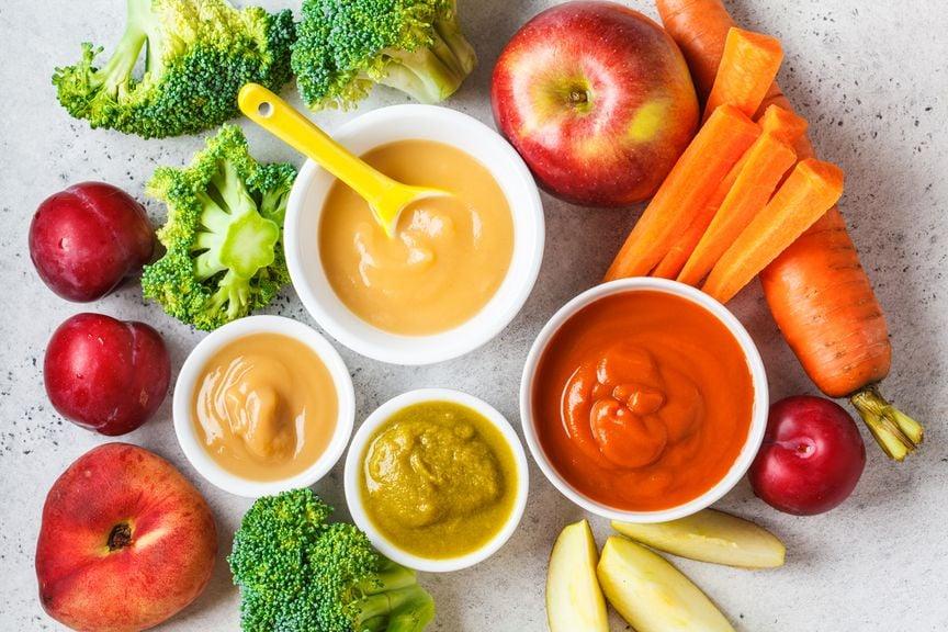 Babybrei und verschiedene Gemüse und Obstsorten