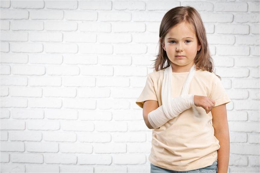 Mädchen mit verbundenem Arm