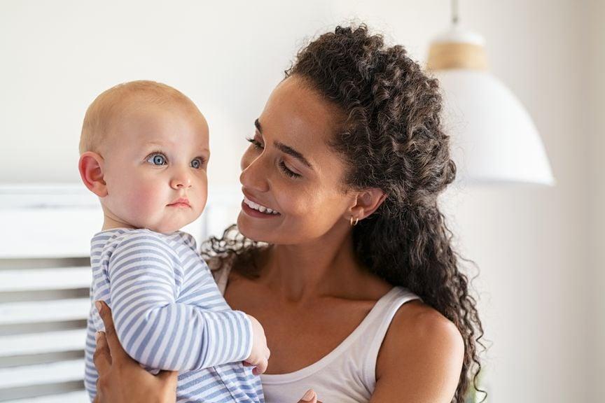 Mutter mit adoptiertem Baby