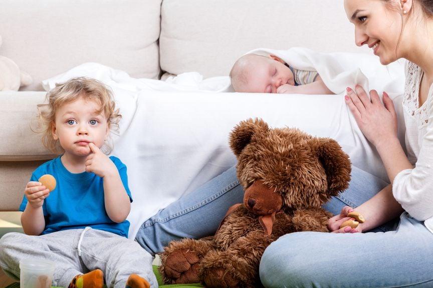Erwachsene mit Baby, Kind und Teddy