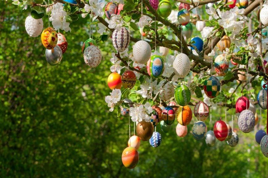Bunte Ostereier am Baum