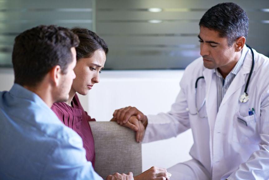 Paar wird vom Arzt medizinisch Beraten