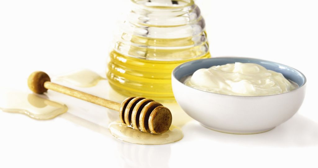 Schale mit Joghurt und Glas mit Honig
