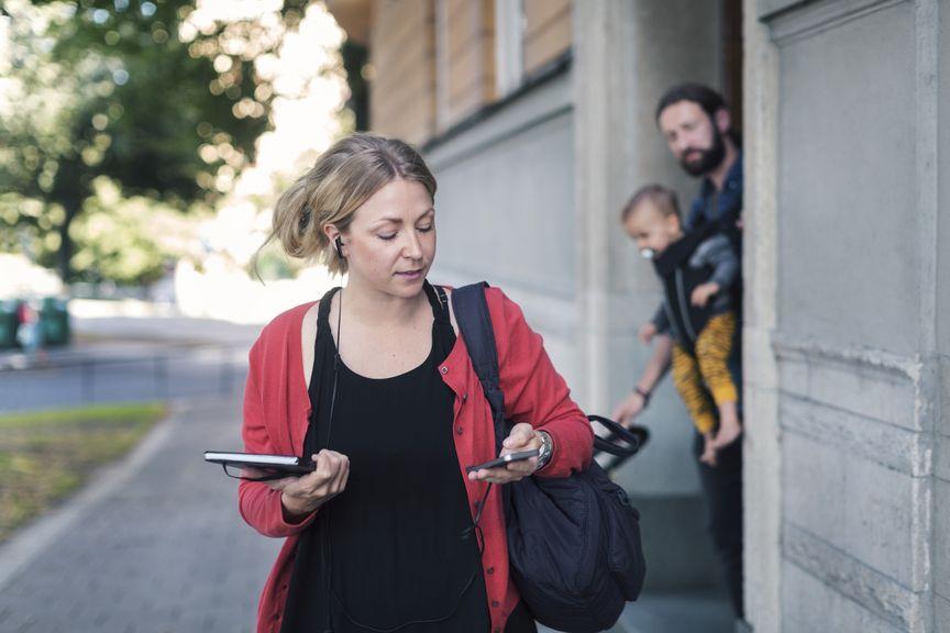 Frau geht zur Arbeit, Mann bleibt mit Kind zu Hause