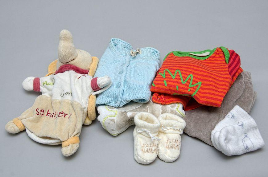 Babykleider mit Elefantenplüschtier